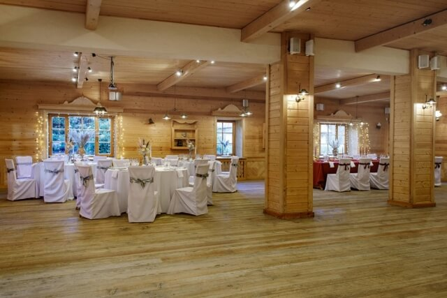 didelė salė su paserviruotis stalais