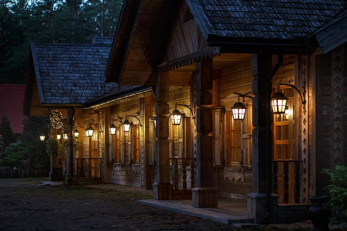pastatas vakare